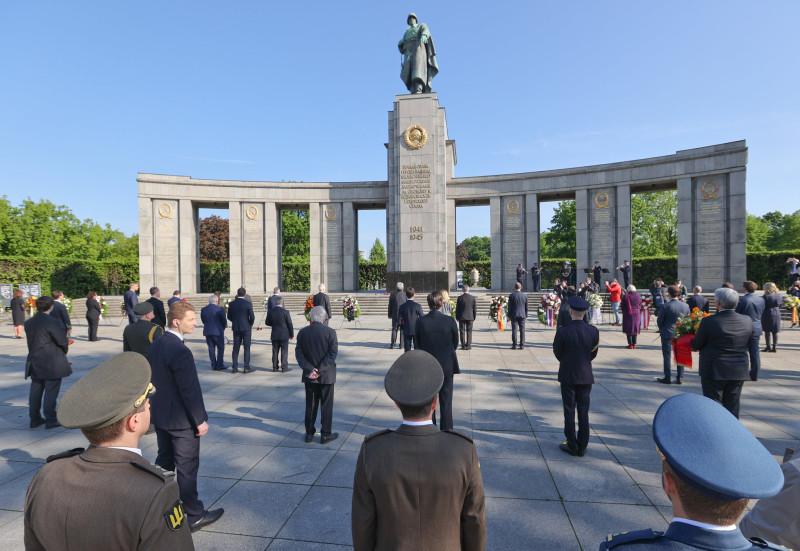 Украинские солдаты (на первом плане) на праздновании Дня Победы у мемориала советским воинам в парке Тиргартен в Берлине в пятницу