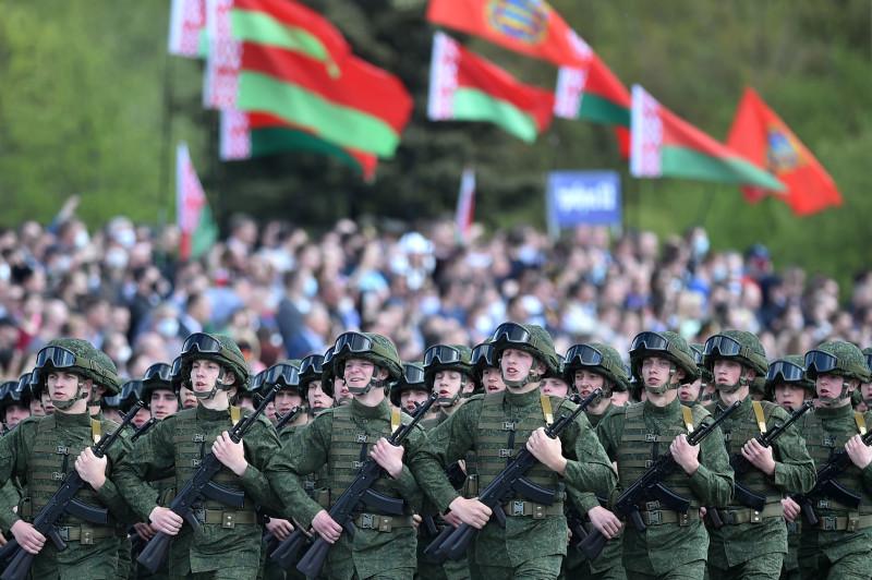 Белорусские военнослужащие маршируют к 75-й годовщине окончания Второй мировой войны, толпы народа наблюдают за этим, так как нет мер по социальному дистанцированию