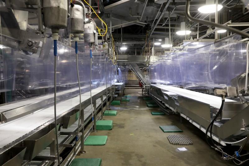 Панели теперь разделяют рабочие места на мясокомбинате Tyson Foods в Ватерлоо, штат Айова, который вновь открылся в четверг