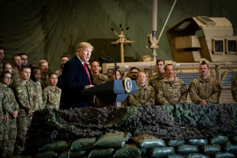 Президент Трамп обращается к войскам на авиабазе Баграм в Афганистане в ноябре прошлого года.