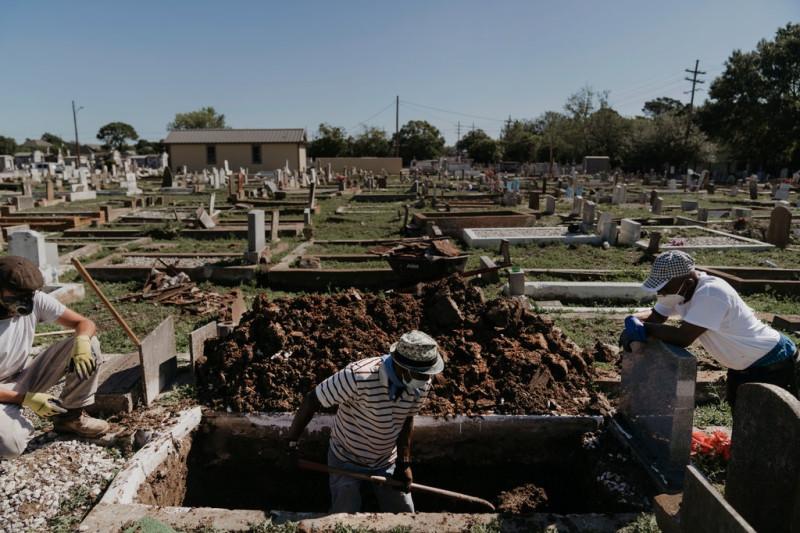 Кладбищенские работники в Новом Орлеане в конце апреля.