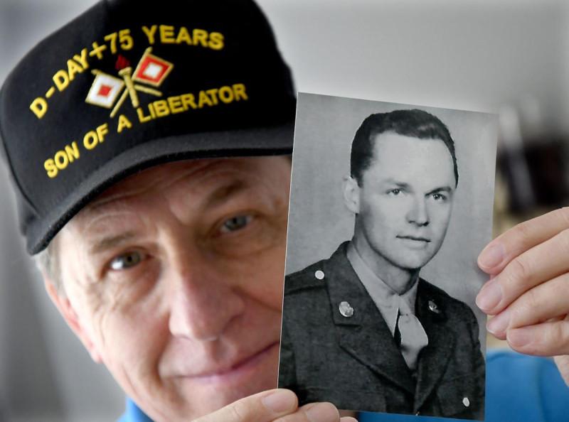Фрэнк Кук с портретом солдата