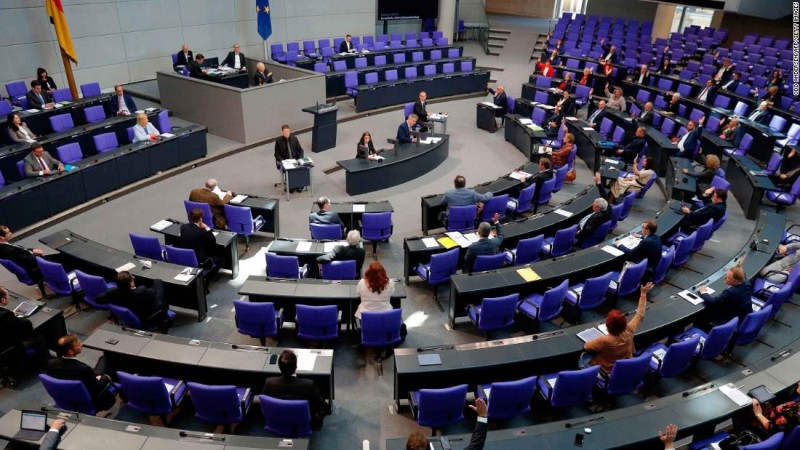 Члены парламента присутствуют на заседании Бундестага 29 мая 2020 года в Берлине.