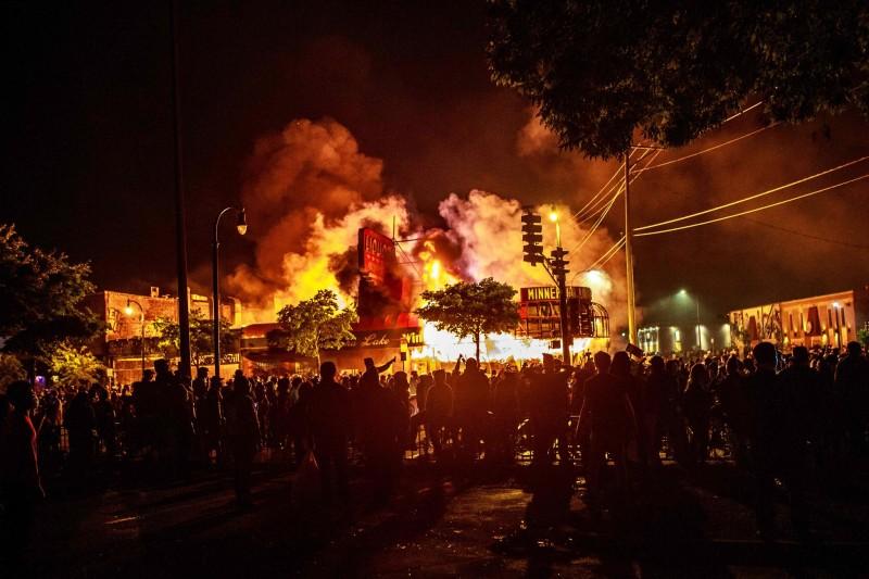 Полицейский участок и близлежащие предприятия были подожжены в четверг, в третью ночь протестов в Миннеаполисе.