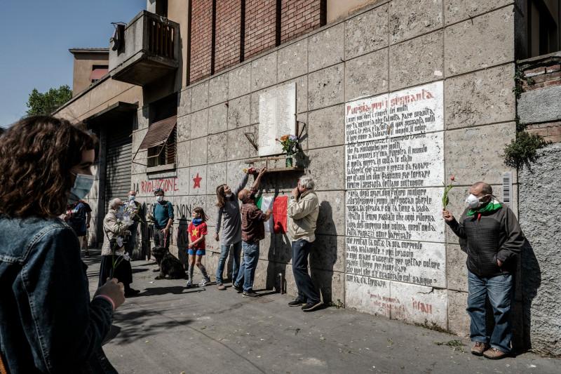 В день освобождения Италии в апреле жители Милана возложили цветы в память о партизанах, погибших во время Второй мировой войны. Ряды тех, кто помнит войну, были уменьшены коронавирусом.