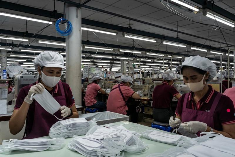 Рабочие делали маски на фабрике нижнего белья в Бангкоке в апреле.