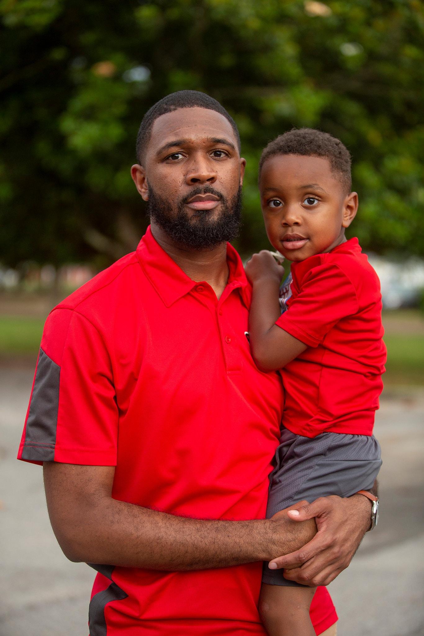Джастин Пауэлл и его сын. «Нам нужно, чтобы вы ушли в отставку, сэр», - сказал мистер Пауэлл мэру Петала, который также был его бывшим учителем, на недавней встрече.