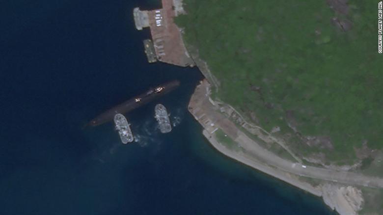 Спутниковый снимок от 18 августа 2020 года показывает китайскую подводную лодку, использующую подземную базу на острове Хайнань в Южно-Китайском море.