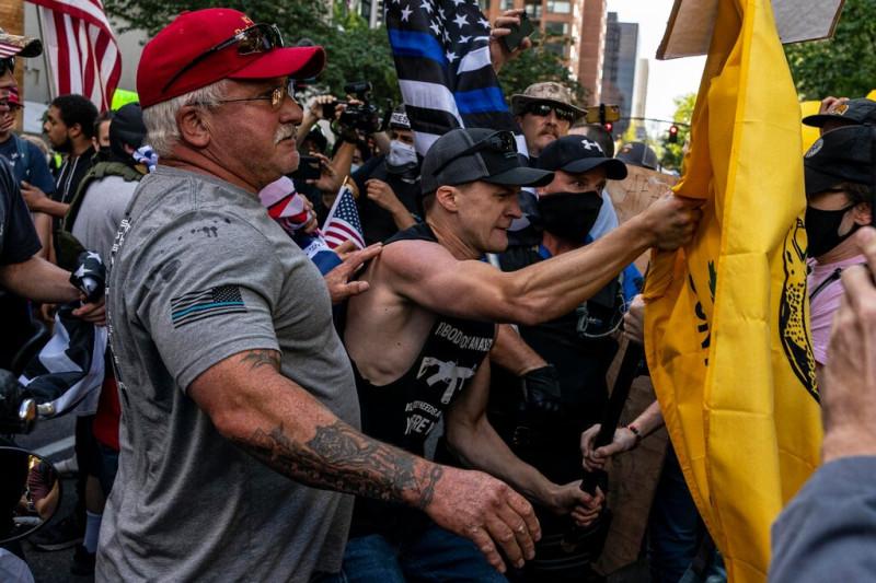 Ультраправые демонстранты, многие из которых несут американские флаги, в субботу столкнулись с крайне левыми демонстрантами в Портленде, штат Орегон.