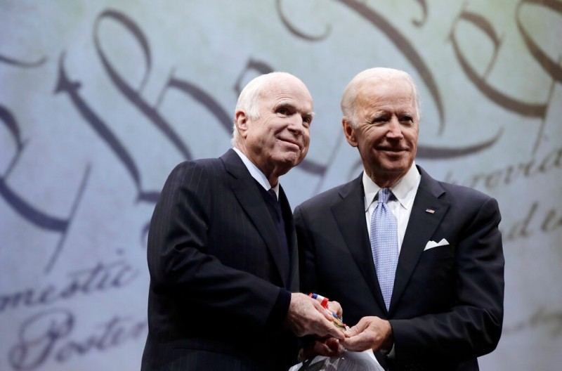 Сенатор Джон Маккейн с Джозефом Р. Байденом-младшим в 2017 году.