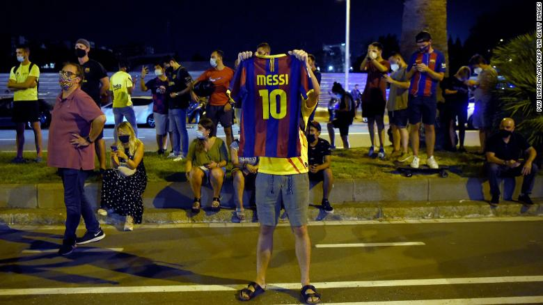 Болельщики «Барселоны» собрались у Камп Ноу, чтобы выразить недовольство Бартомеу.