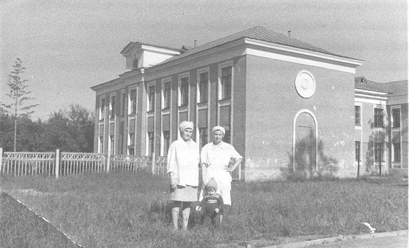Медсестры на фоне здания.jpg