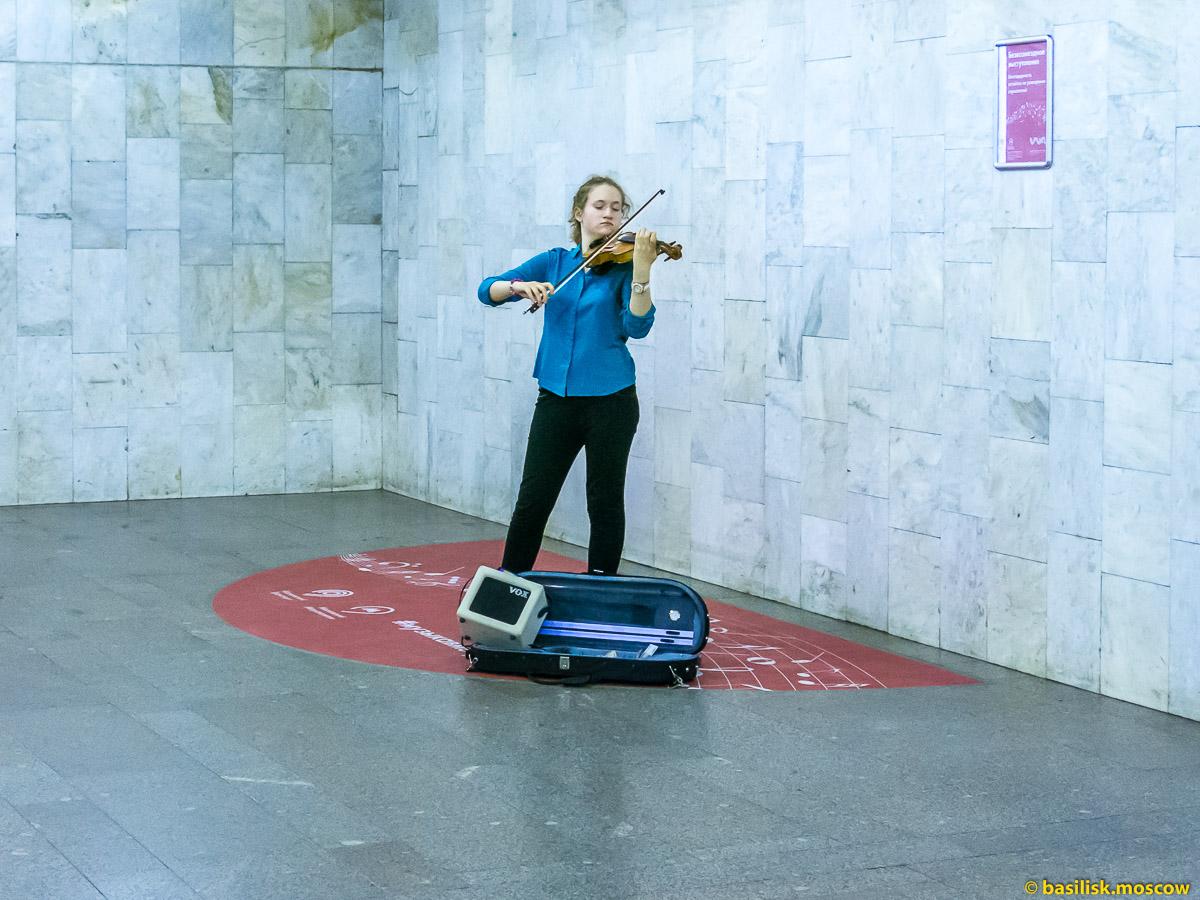 Музыкант в метро. Москва. Апрель 2017