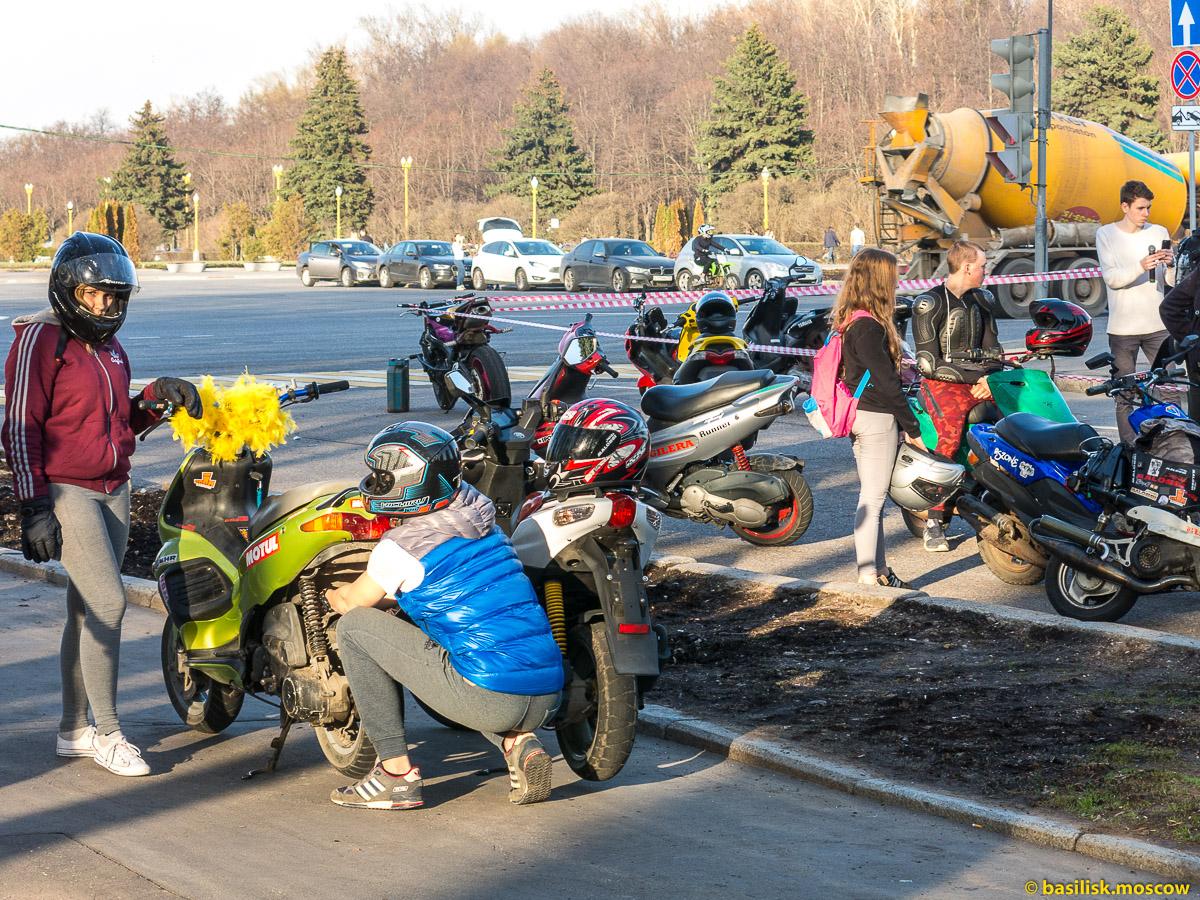 Мотоциклисты на смотровой площадке Воробьёвы горы. Москва. Апрель 2017