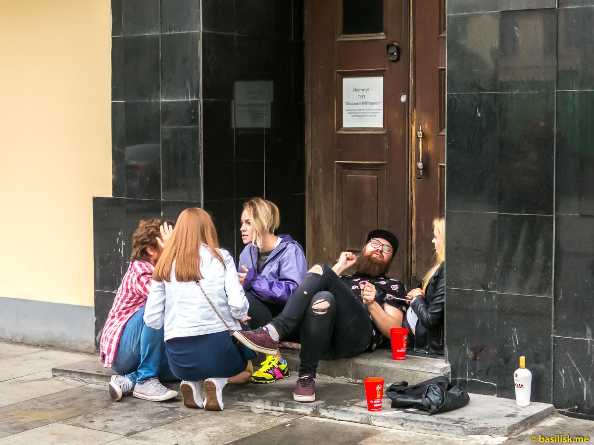 Футбольные болельщики на Никольской улице после матча Россия - Хорватия. Москва. Ночь 8 июля 2018
