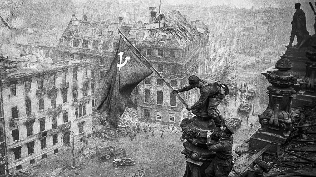 1945-05-02.Berlin.Reichstag.Flag.jpg