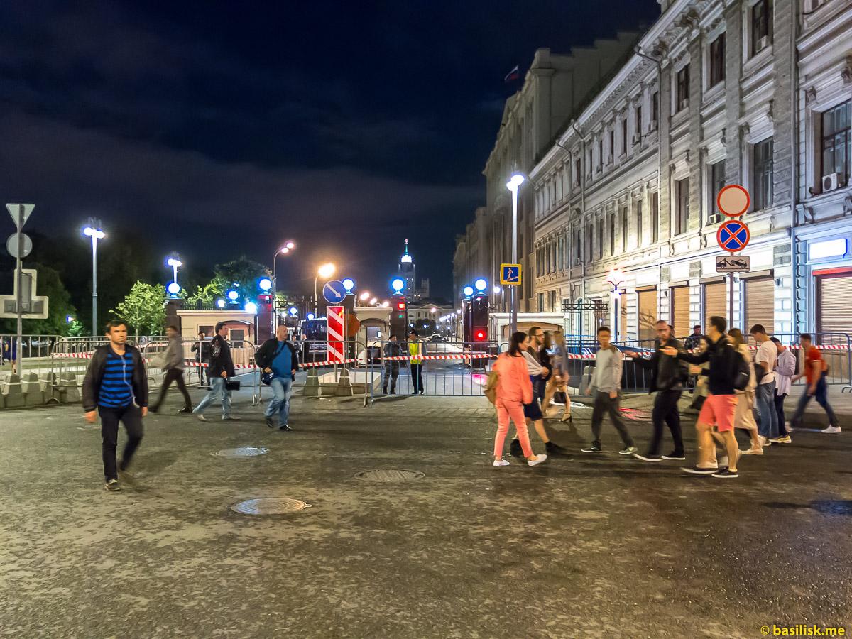 Футбольные болельщики на Новой площади. Москва. Ночь 8 июля 2018