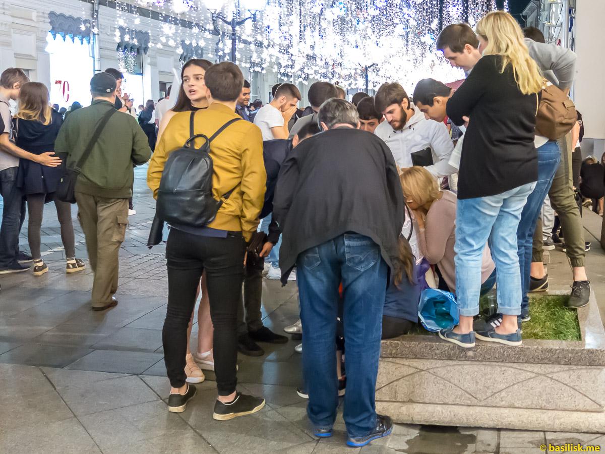 Футбольные болельщики на Никольской улице во время матча Россия - Хорватия. Москва. 7 июля 2018