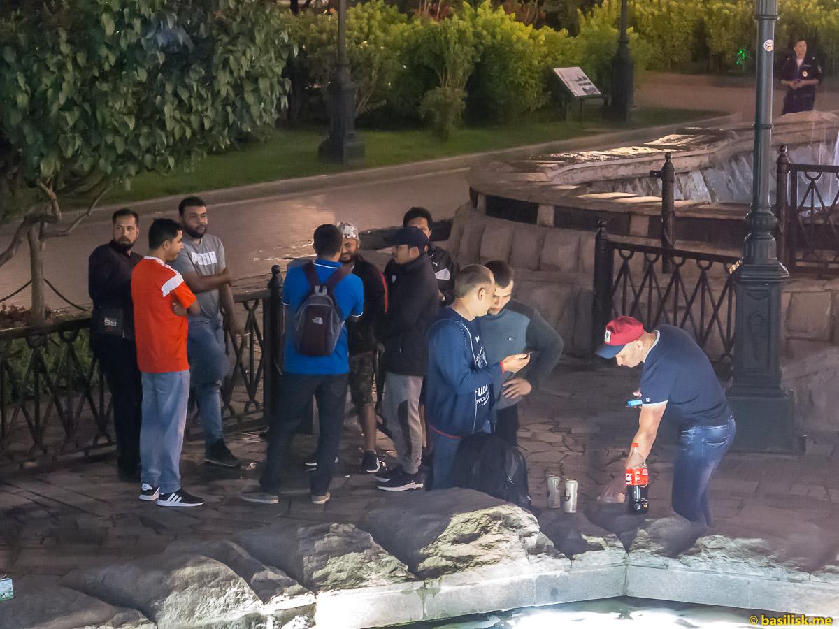 Люди гуляют. Футбольные болельщики на Манежной площади во время матча Россия - Хорватия. Москва. 7 июля 2018