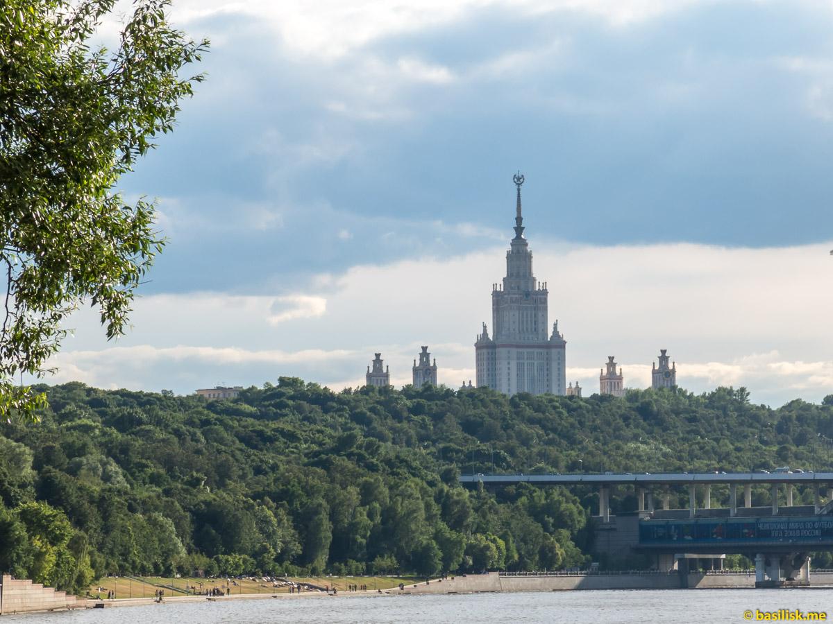 Воробьёвы горы, Лужнецкий метромост и главное здание МГУ. Река Москва. Июнь 2018