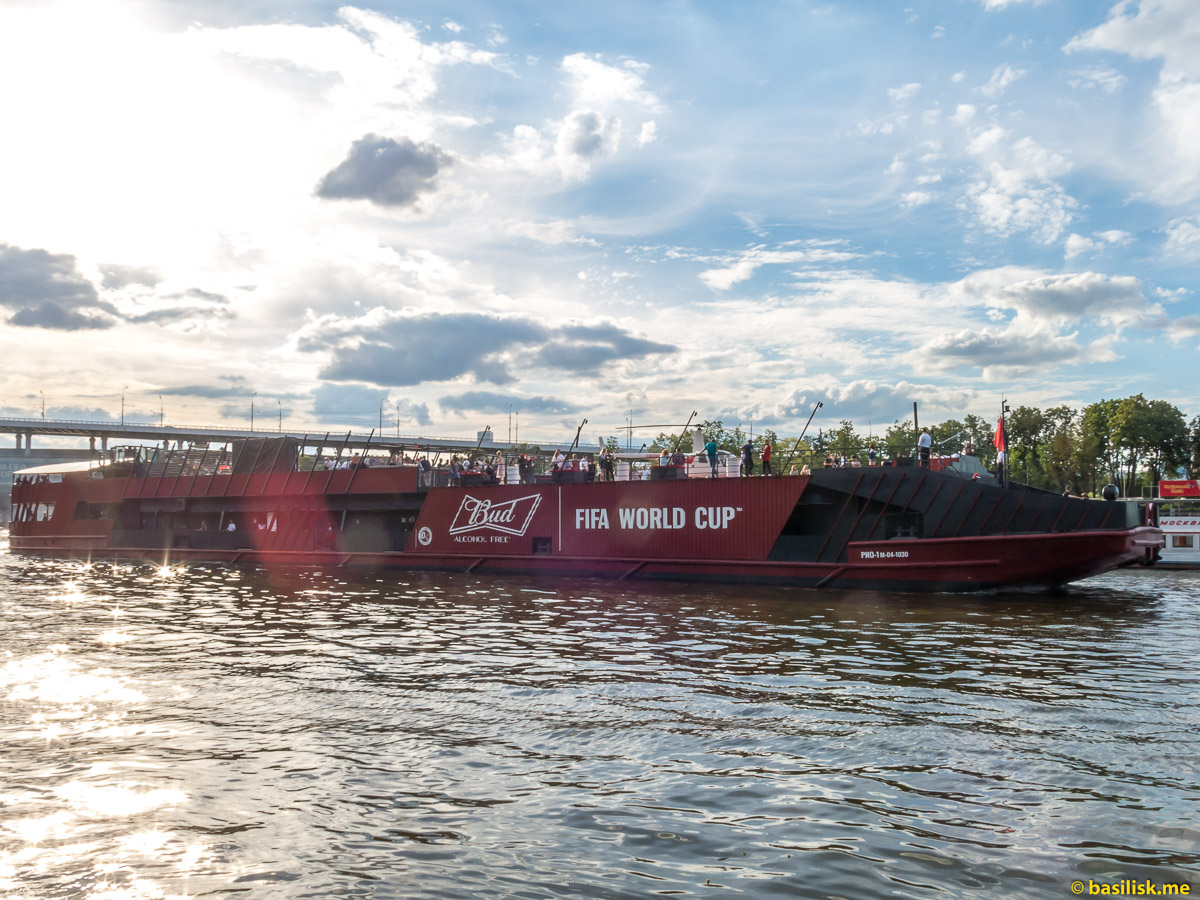 Теплоход для футбольных болельщиков. Река Москва. Июнь 2018