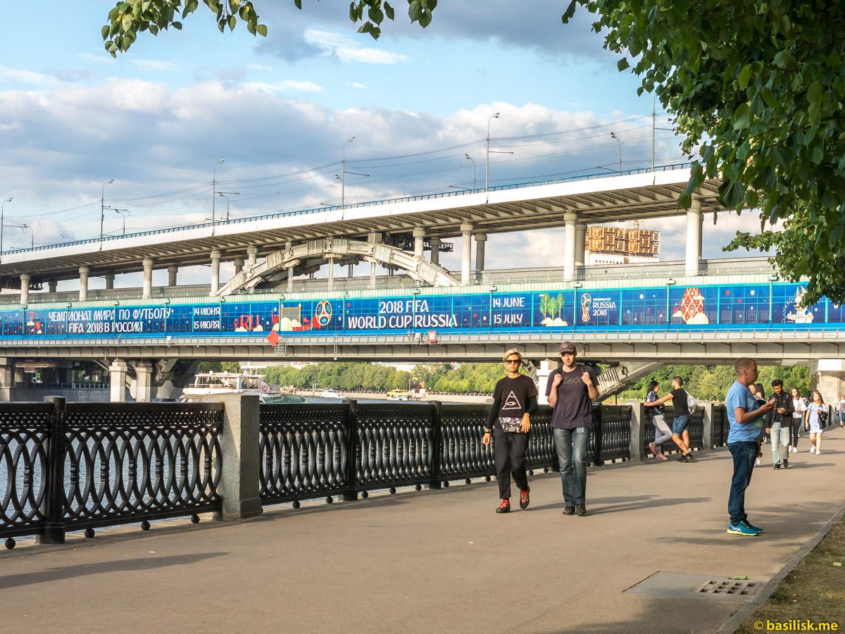 Река Москва. Лужнецкий мост. Воробьёвская набережная. Июнь 2018
