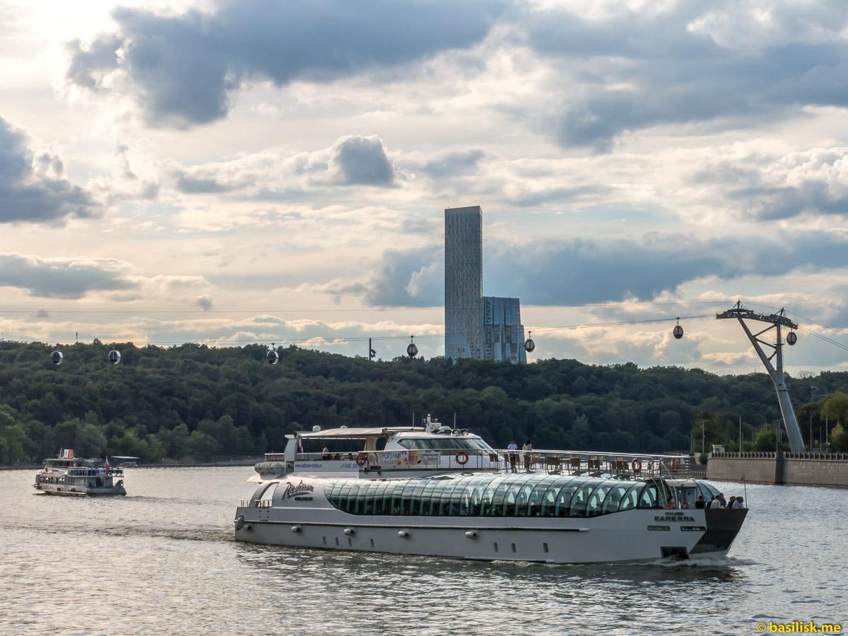 Река Москва. Воробьёвская набережная. Июнь 2018