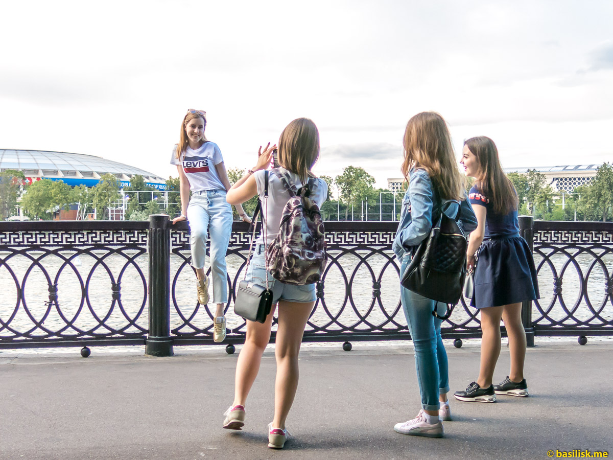 Девушки. Река Москва. Воробьёвская набережная. Июнь 2018