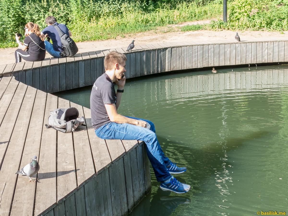 Можно посидеть и покормить уток. Нескучный сад. Москва. Июнь 2018