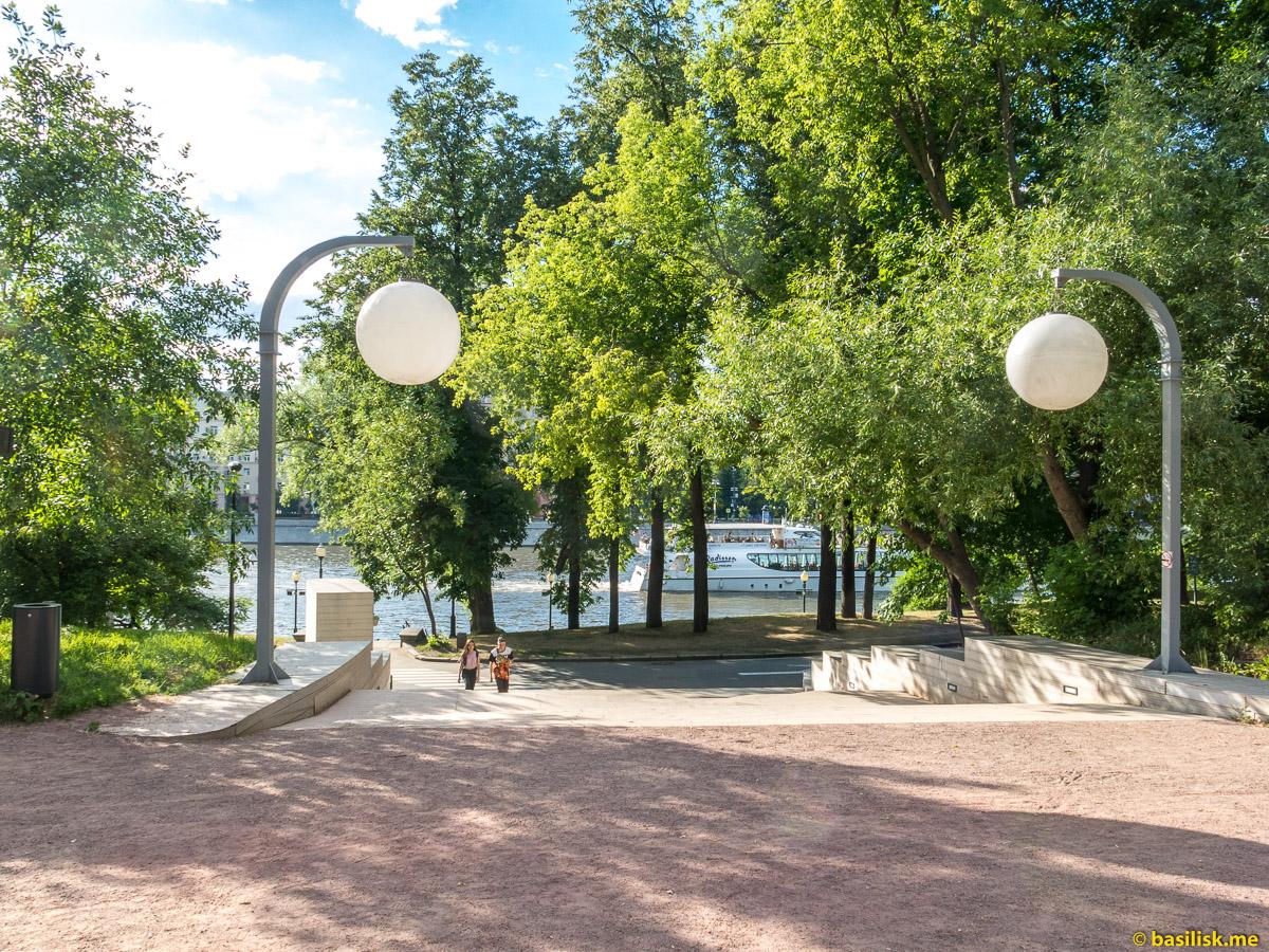 Спуск на набережную реки Москвы. Нескучный сад. Москва. Июнь 2018