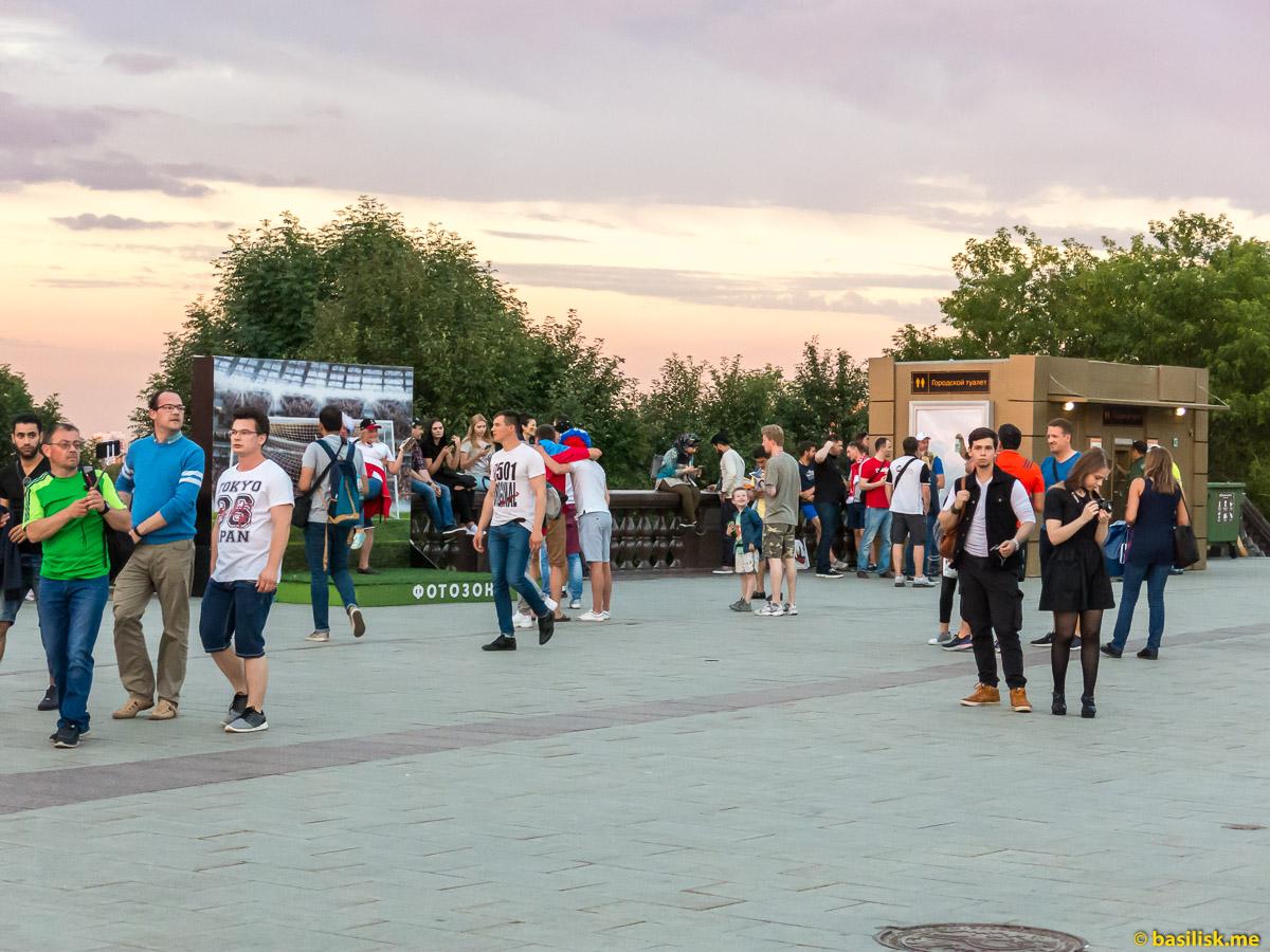 Люди гуляют. Смотровая площадка на Воробьёвых горах. Москва. 25 июня 2018