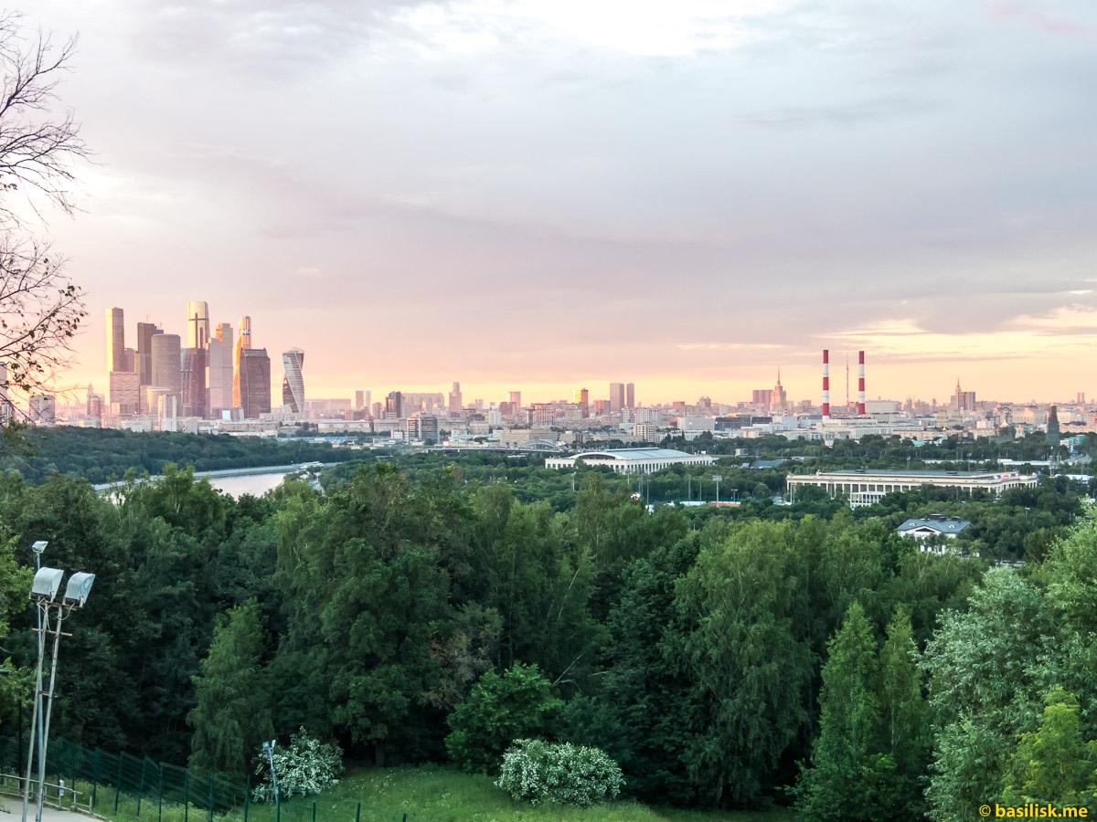 Вид на Москву с Воробьёвых гор. Смотровая площадка на Воробьёвых горах. Москва. 25 июня 2018