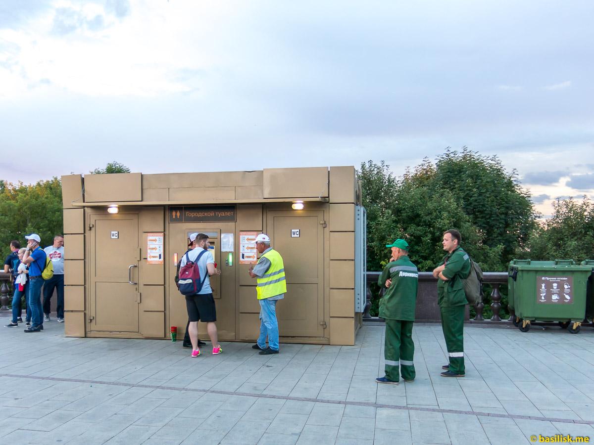 Туалеты. Смотровая площадка на Воробьёвых горах. Москва. 25 июня 2018