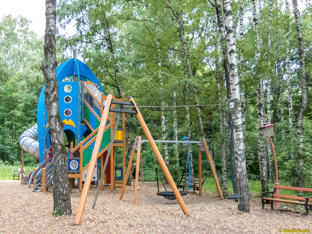 Детская площадка. Парк Воробьёвы горы. Москва. Июнь 2018
