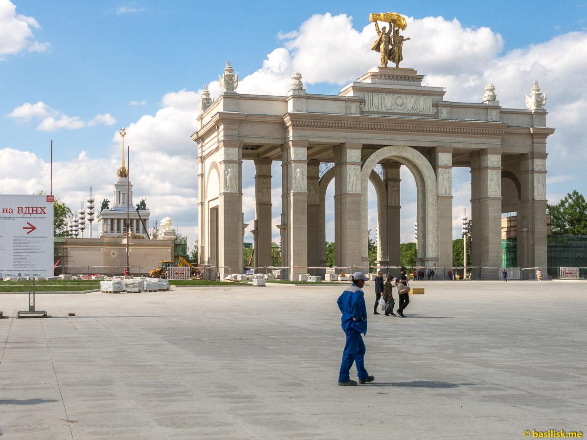 Главный вход на ВДНХ. Стройка и реконструкция на ВДНХ. Москва. Май 2018