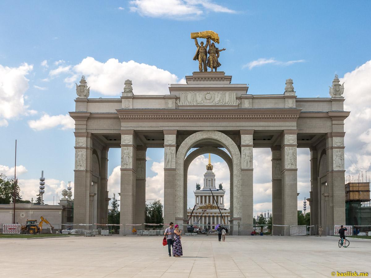 Главный вход закрыт. Стройка и реконструкция на ВДНХ. Москва. Май 2018