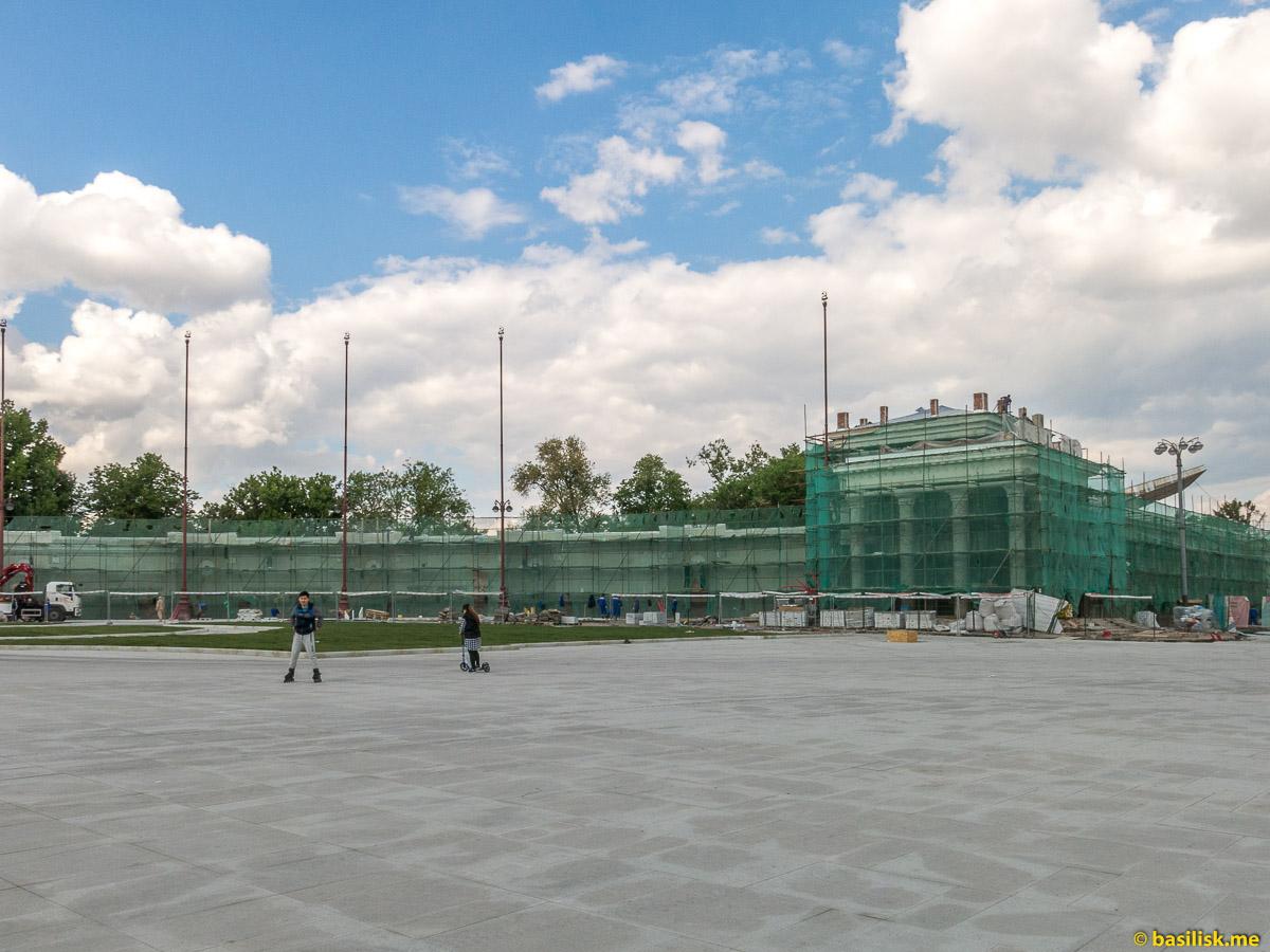 Боковые павильоны главного входа. Стройка и реконструкция на ВДНХ. Москва. Май 2018