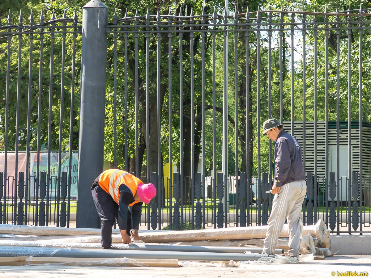 Рабочие. Стройка и реконструкция на ВДНХ. Москва. Май 2018