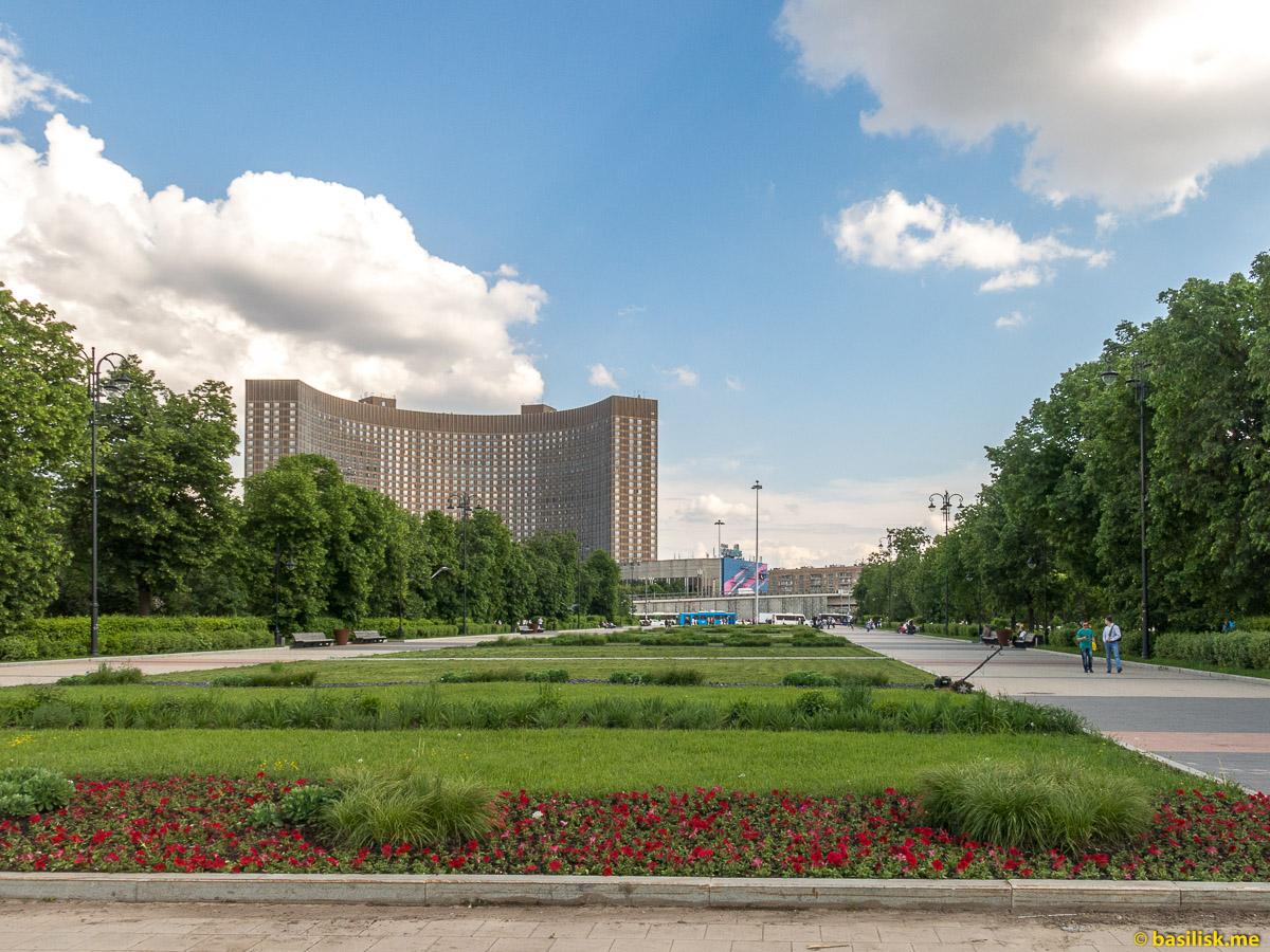 Школьный сквер. Гостиница Космос. Проспект Мира. ВДНХ. Москва. Май 2018
