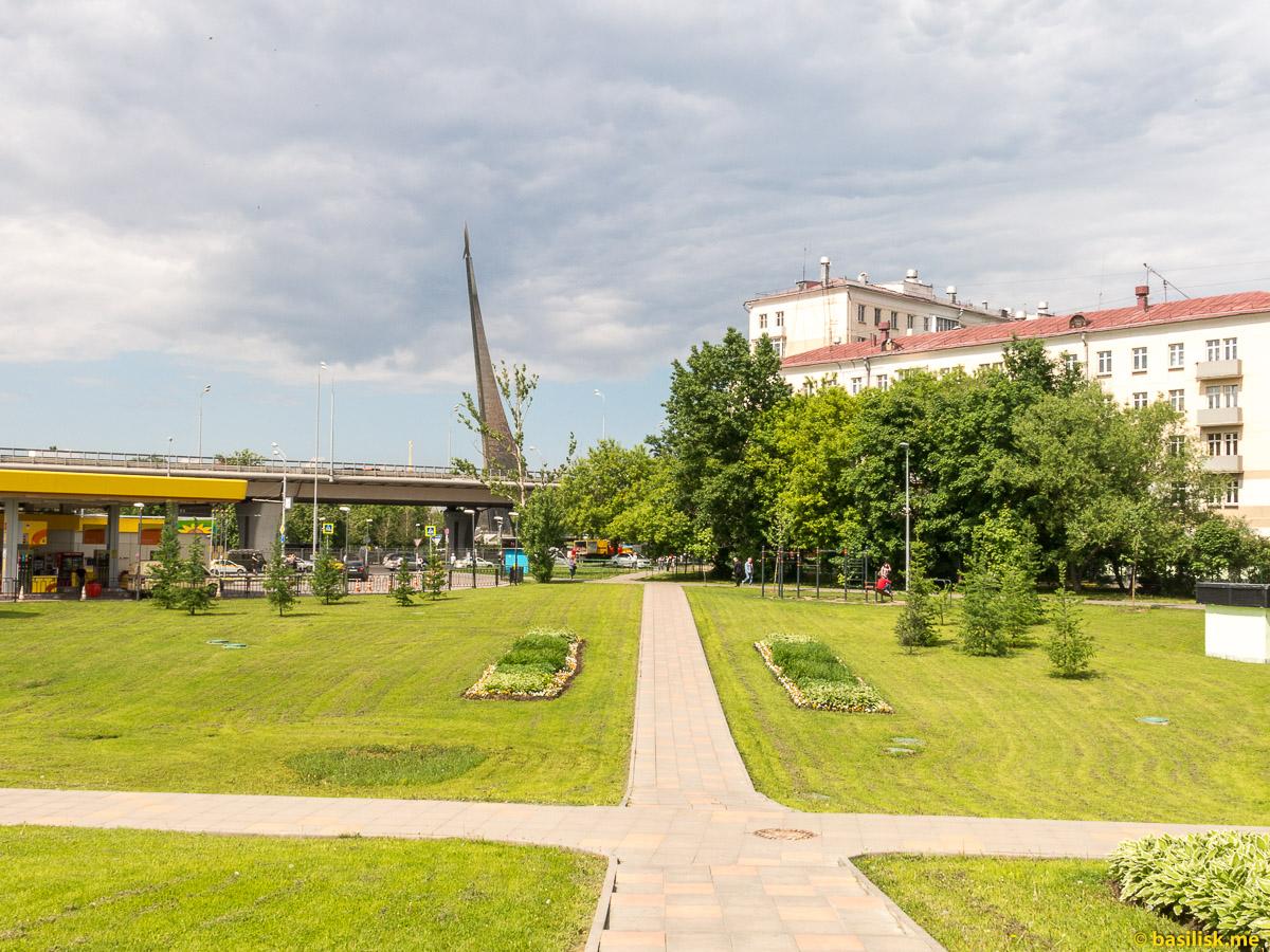 Монумент Покорителям космоса. Парк Церковная горка. Москва. Май 2018