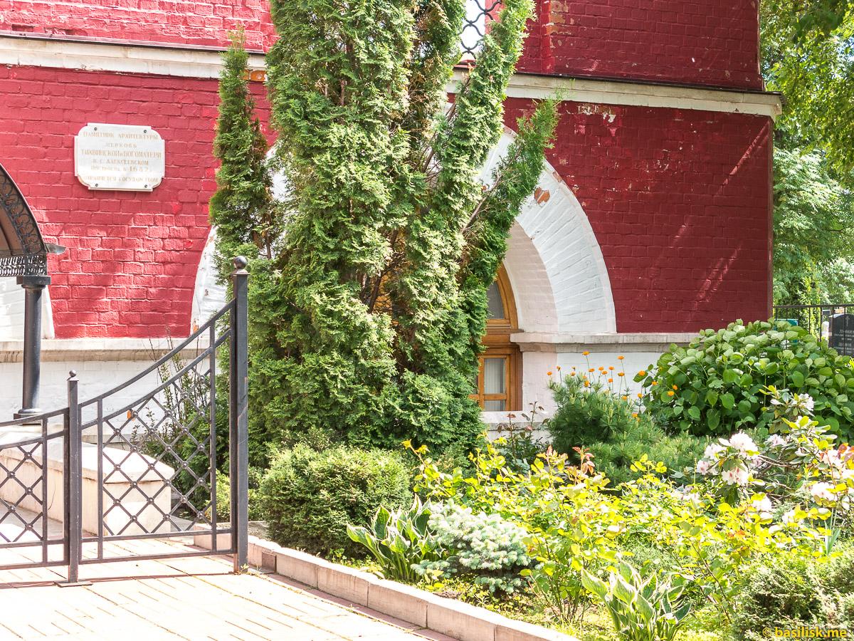 Парк Церковная горка. Храм Тихвинской иконы божьей матери. Москва. Май 2018
