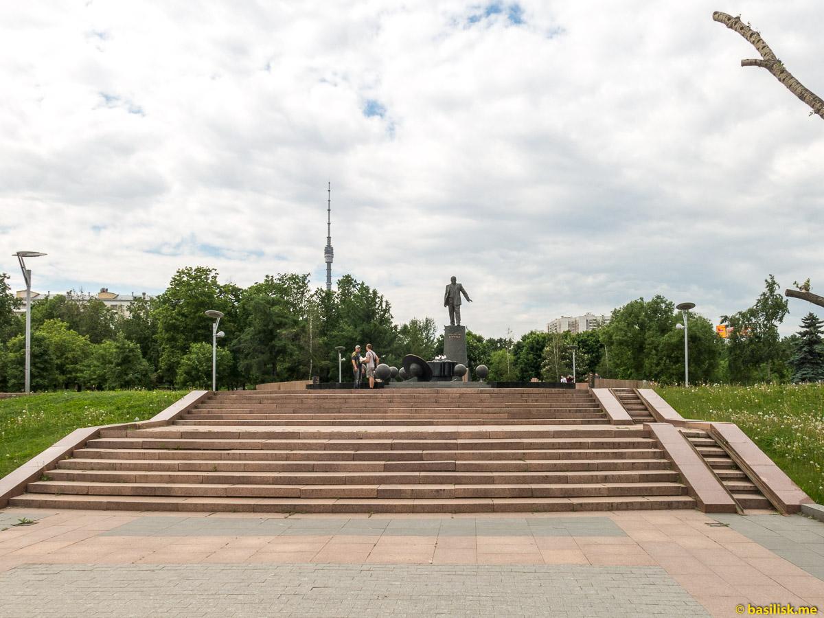 Памятник Сергею Королёву. Парк и аллея Космонавтов. Монумент Покорителям космоса. Москва. Май 2018