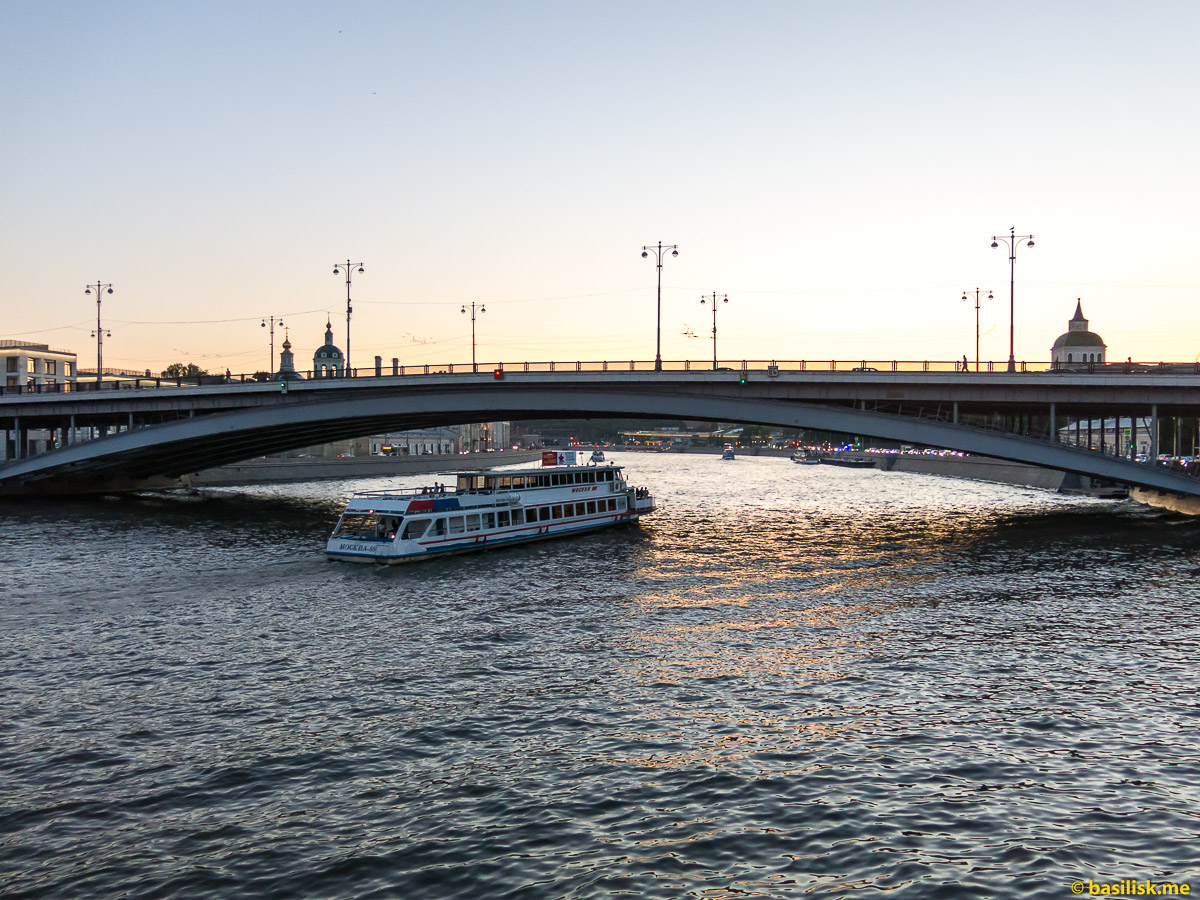 Большой Устьинский мост. Река Москва. Корабли. Кремль. Москва. Май 2018