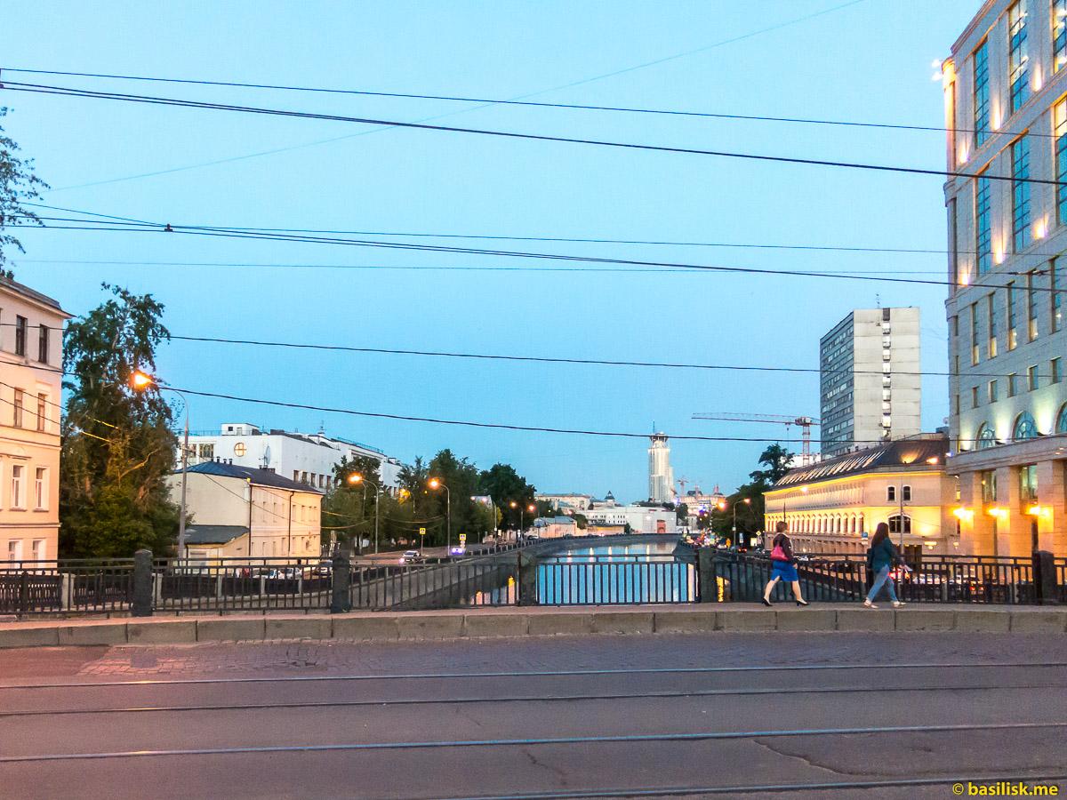 Комиссариатский мост. Водоотводный канал. Река Москва. Москва. Май 2018