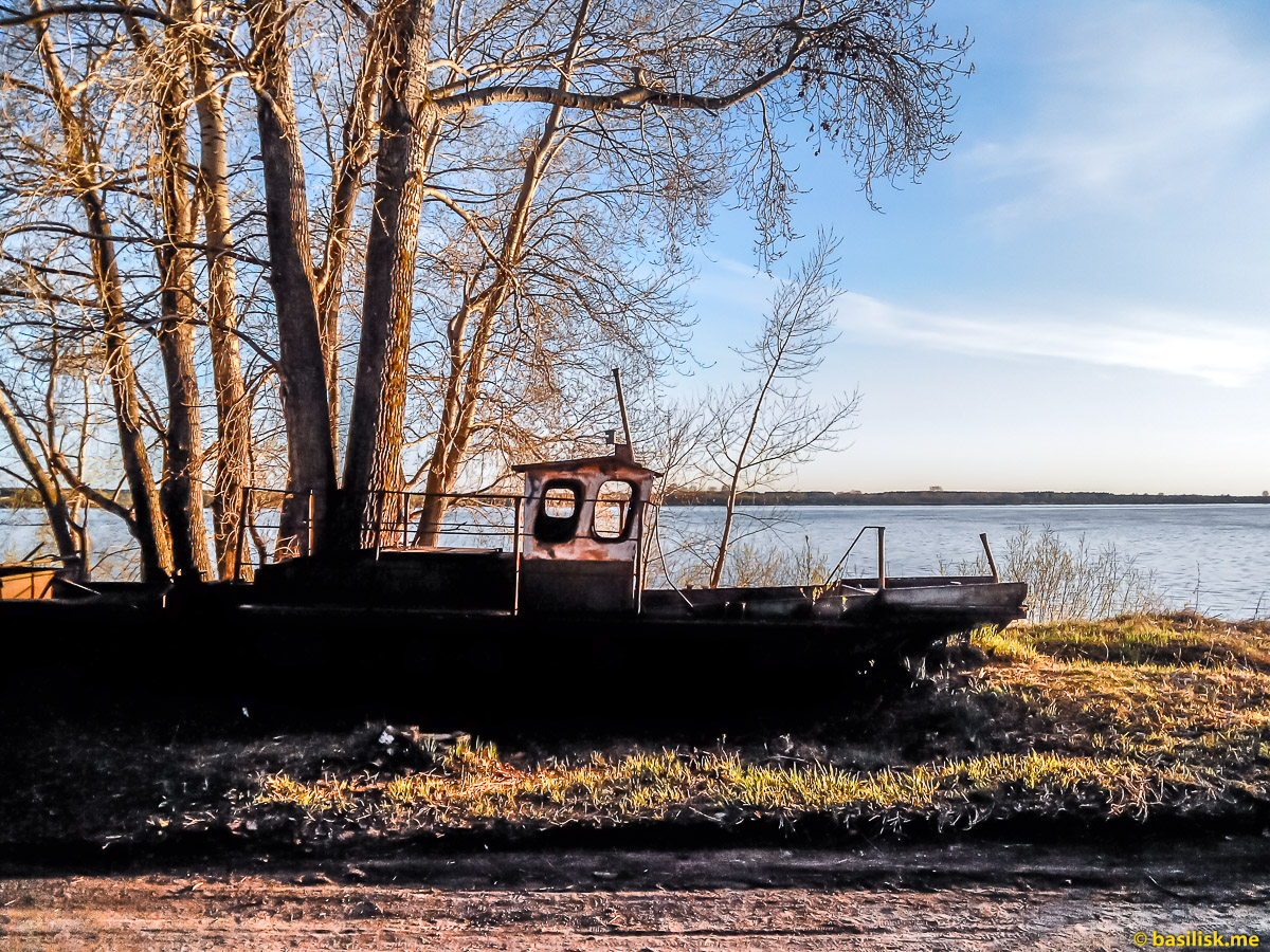Старый катер. Река Онега. Архангельская область. Май 2018