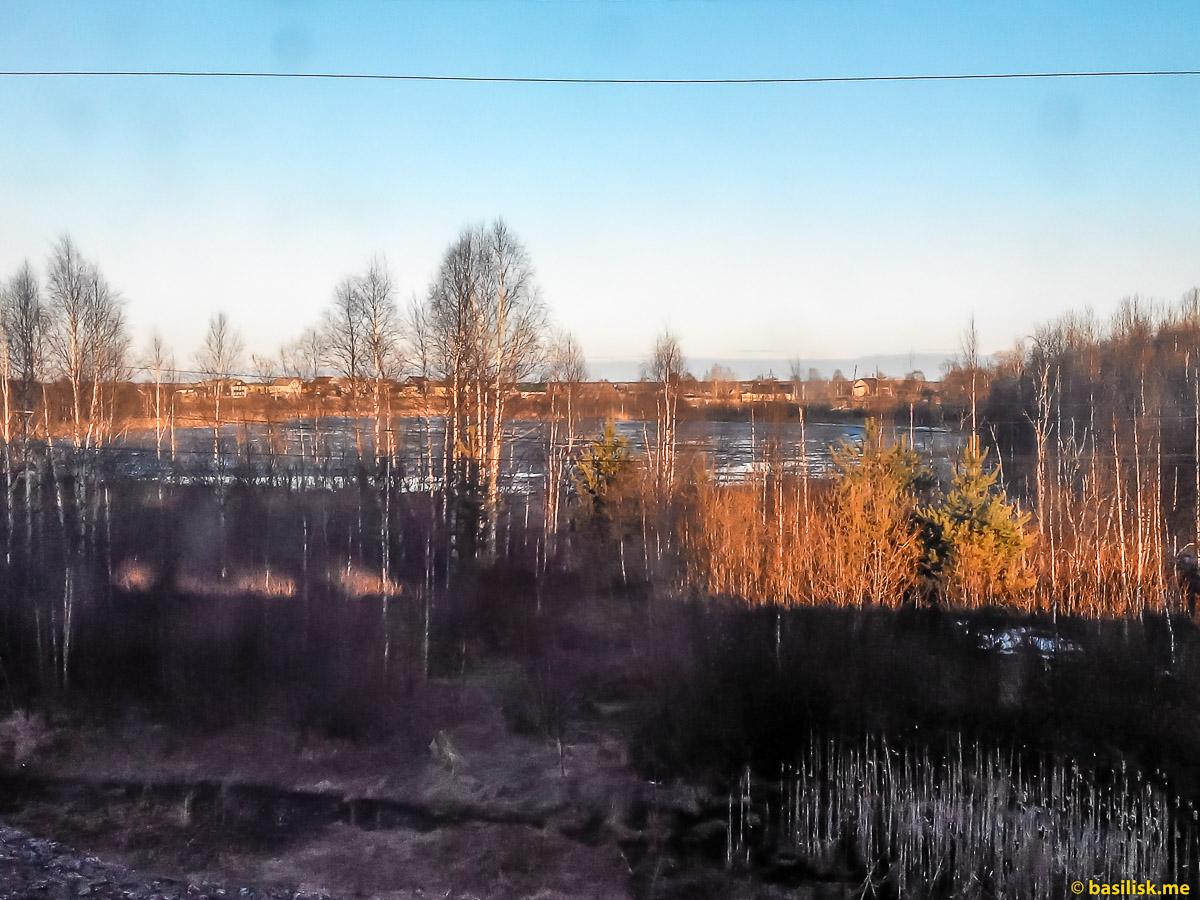 Вид на посёлок Порог. Поезд 6532 Обозерская - Онега. Архангельская область. Май 2018