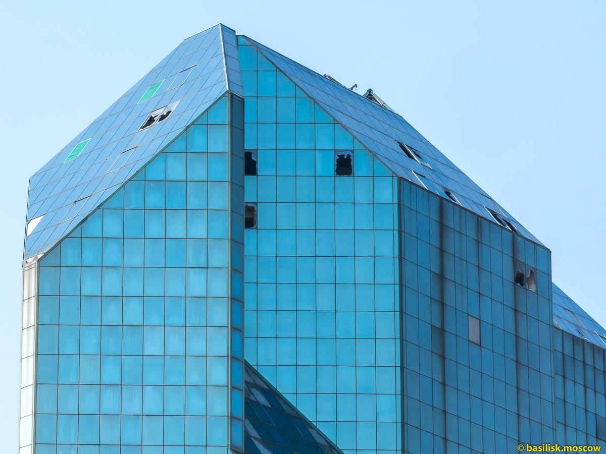 Синий зуб на Юго-Западной. Недостроенный деловой центр Зенит около станции метро Юго-Западная. Москва. Апрель 2018