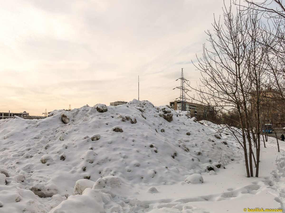 Москву завалило снегом. Снежные горы рядом с платформой Дмитровская. Февраль 2018