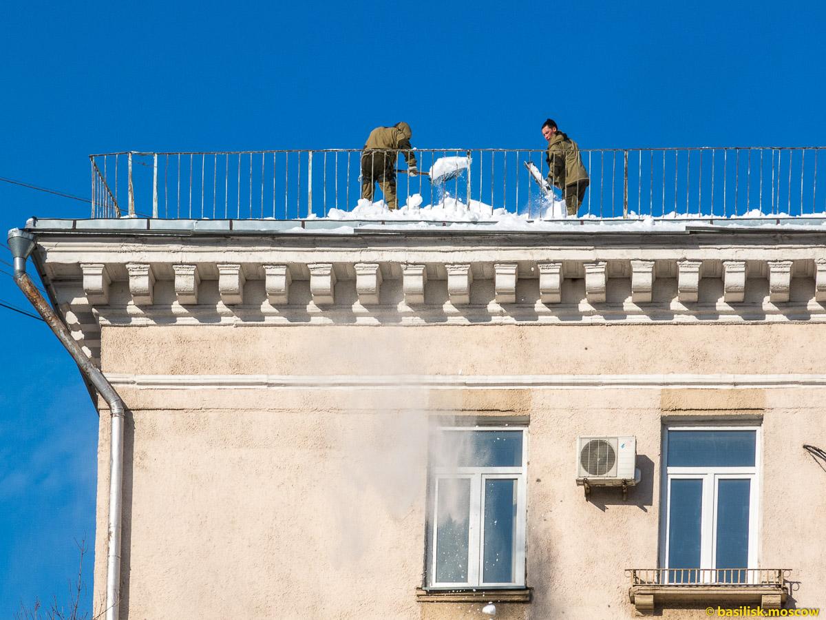 Очистка крыши от снега. Улица Космодемьянских. Москва. Февраль 2018