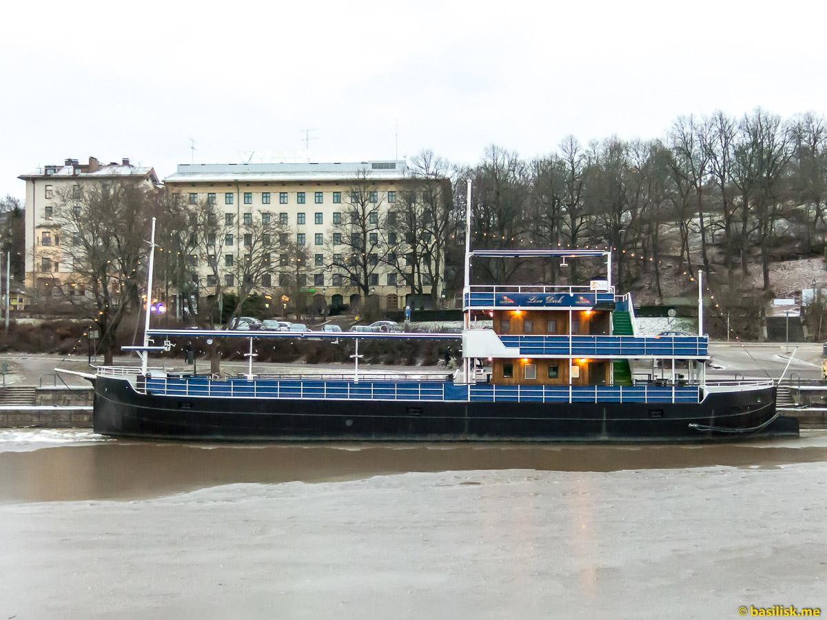 Корабли и паром на реке Aurajoki Turku. Турку. Финляндия. Turku. Finland. Январь 2018